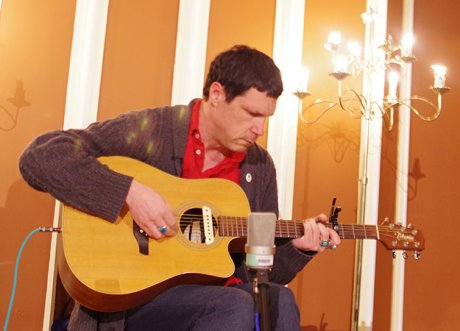 Damien Jurado announces house show tour, is wandering around in your basement right now