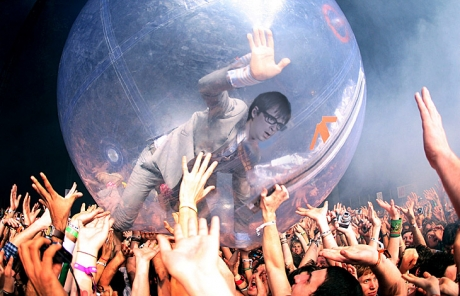 """The Flaming Lips and Weezer maximize """"funnoyance"""" by playing side-by-side sets"""
