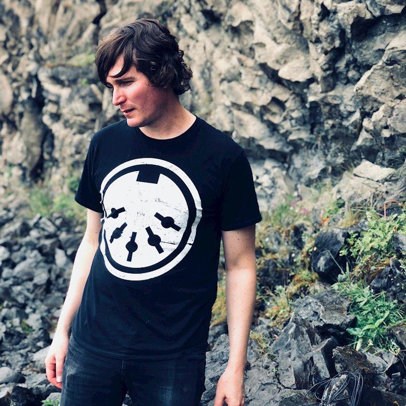 "Rafael Anton Irisarri announces new album Solastalgia on Room40, shares new track ""Coastal Trapped Disturbance"""