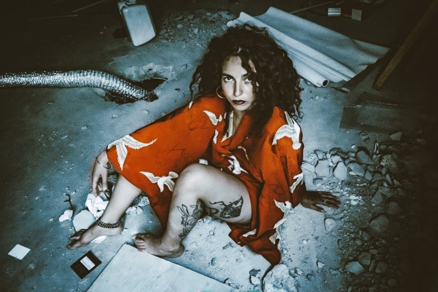 "Miss Red announces new EP produced by The Bug, premieres video for ""Prayers"""